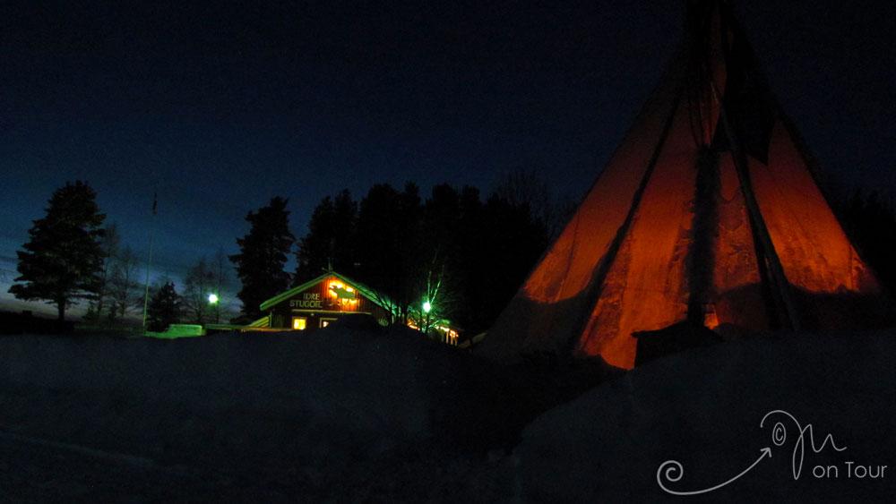 Rucksack Idre Stugor am Abend mit Lagerfeuer im Tipi