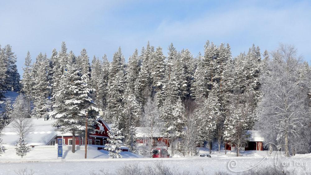 Blick vom zugefrorenen See auf Idre Stugor