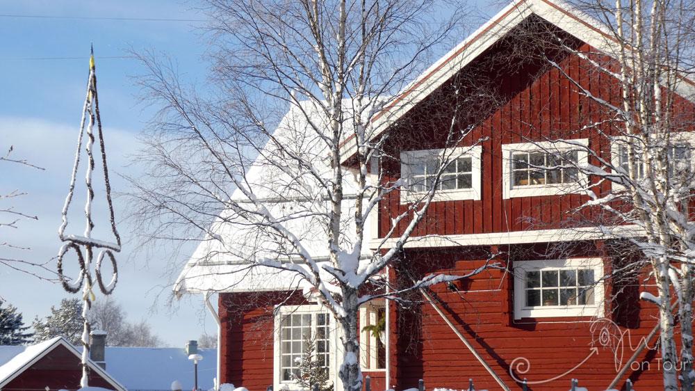 Typisch wohnen in Schweden - sogar mit Mittsommerstange (midsommarstång) oder Maistange (majstång)