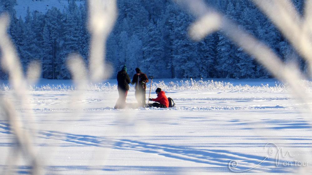 Eisangeln auf dem 40 cm dick zugefrorenen Idresjön
